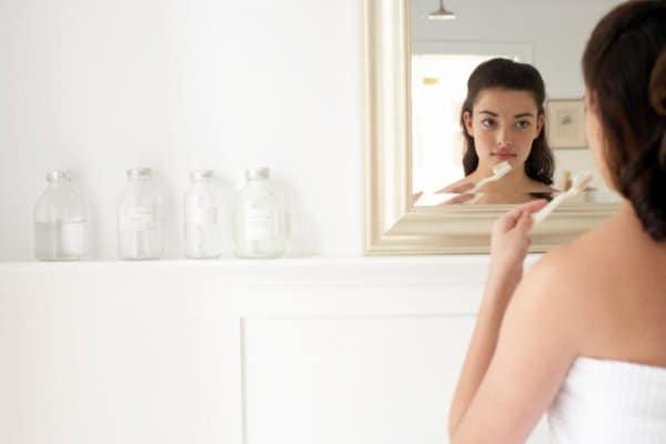 Schwangere Frau putzt Zähne
