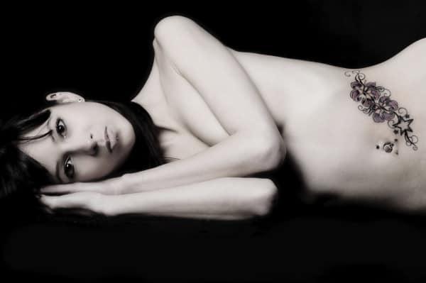 Bauch-Tattoo nach der Schwangerschaft (© Thinkstock)
