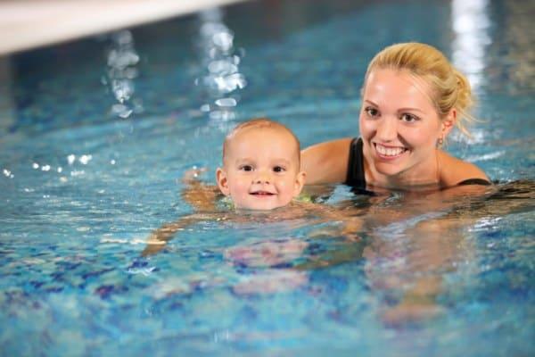 Mutter mit Baby beim babyschwimmen