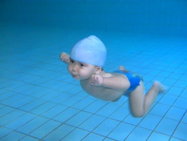 Baby beim Babyschwimmen unter Wasser