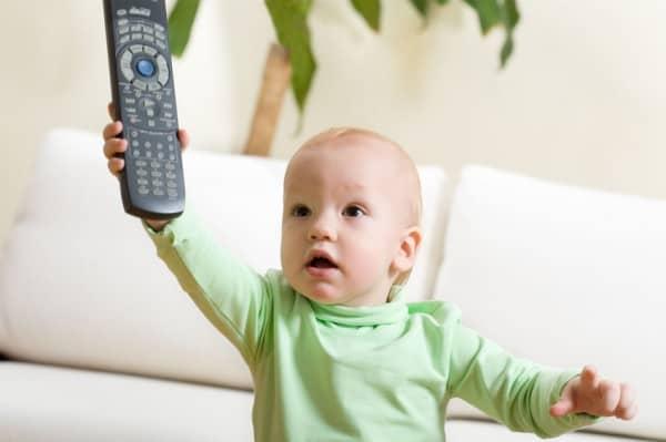 Erwachsenen TV lenkt Kinder ab