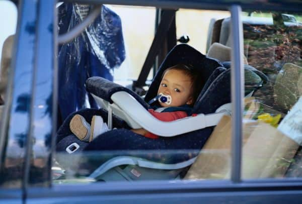 Hitzegefahr- Kinder im Auto nie alleine lassen (© Thinkstock)