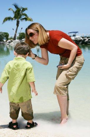 Mutter hilft Sohn