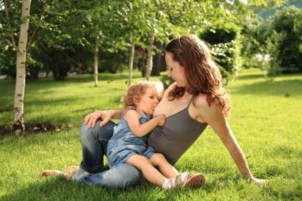 Langzeitstillen - im Kleinkindalter wird in Deutschland selten noch gestillt (© Thinkstock)