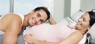 Papa-Massage - Spielen und Erzählen mit dem Baby (© Thinkstock)