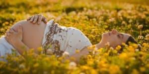 Schwangere auf Frühlingswiese
