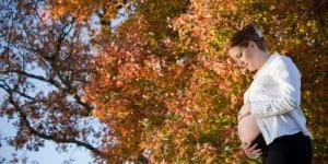 Schwangere Frau im Herbst