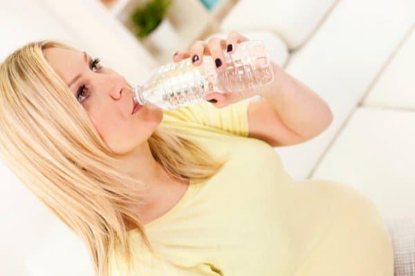 Auf Autofahrten müssen Schwangere reichlich trinken