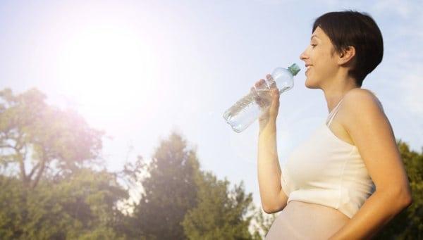 Richtig trinken in der Schwangerschaft (© Thinkstock)