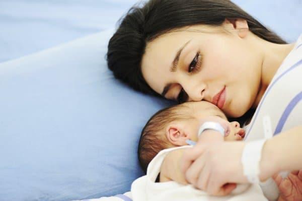 Eine schwere Geburt verarbeiten (© Thinkstock)