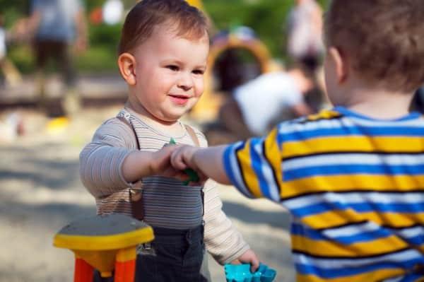 Spielzeugtausch (© Thinkstock)