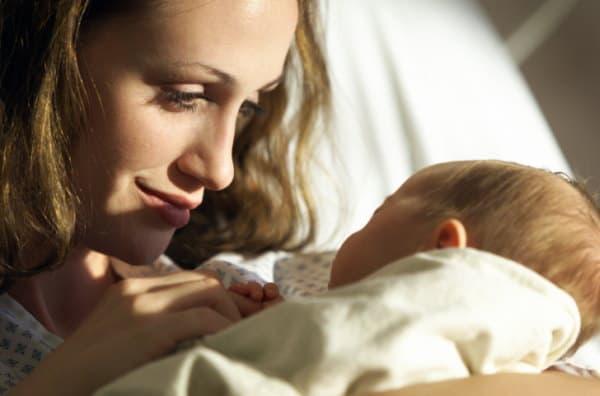 Mutter mit Neugeborenem auf dem Arm