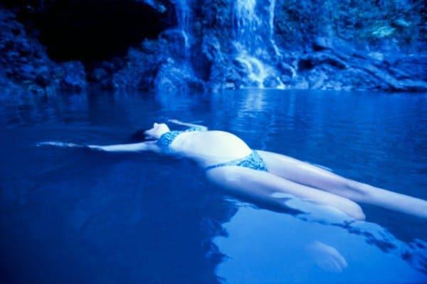 Schwangere schwimmt im Meer ( Traum)