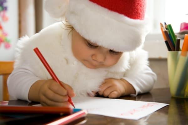 Kind schreibt Wunschzettel für Weihnachtsgeschenke