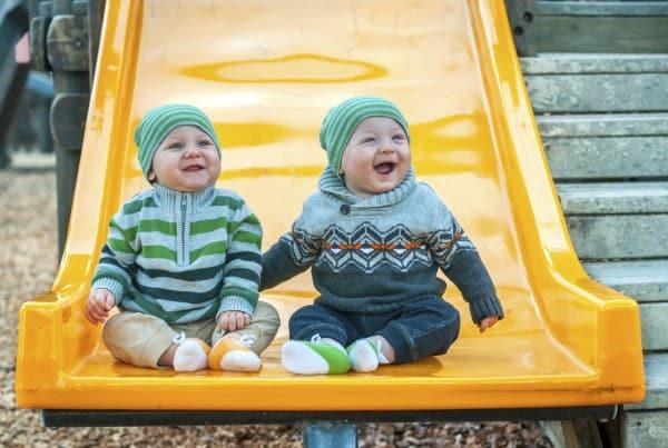 Zwillinge auf der Rutsche (© Thinkstock)