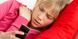 Cyberbulling - Mädchen mit Handy