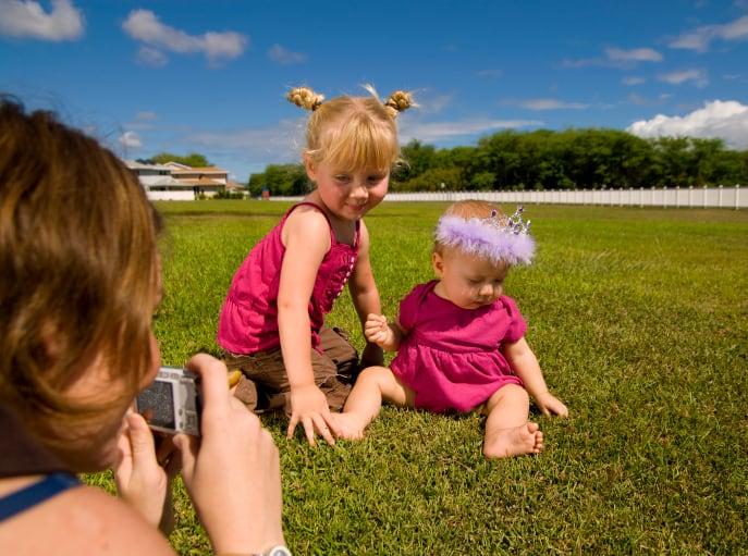 Mutter fotografiert Baby und Kind