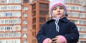 Stadtkind vor Hochhaus