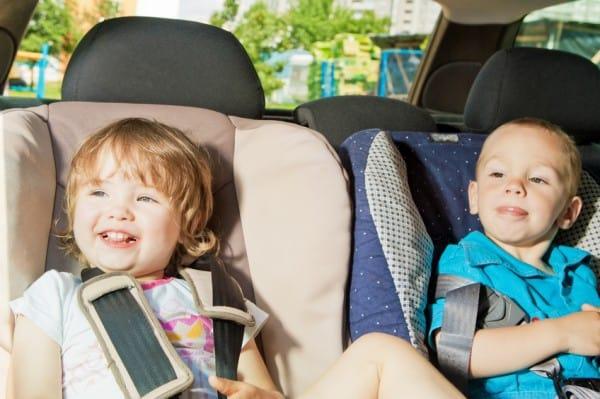 Kleinkinder im Autokindersitz