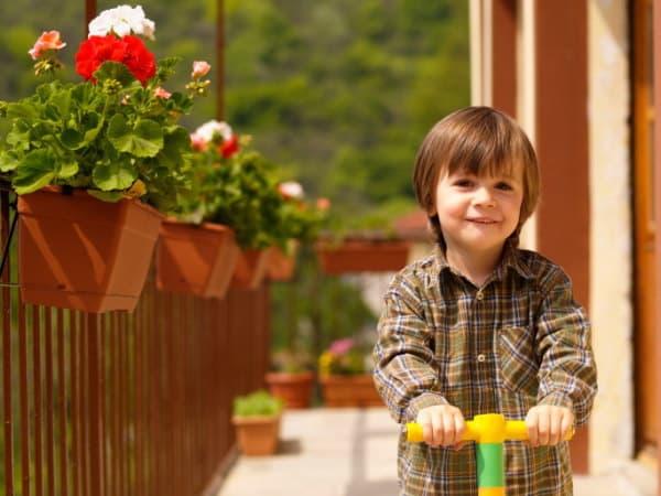Urlaub mit Kindern zuhause, Kind auf Balkon