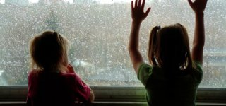 Kinder schauen Gewitter zu