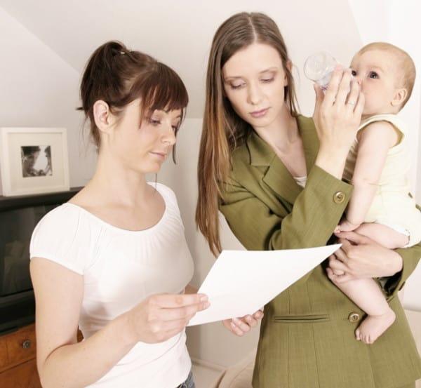 Mutter und Babysitter mit Checkliste