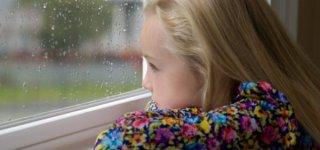 Kind bei Regen - Spiele und Beschäftigung für drinnen