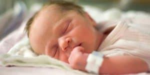 Neugeborenes Kind kurze Zeit nach der Geburt