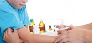 Kind wird gegen Keuchhusten geimpft