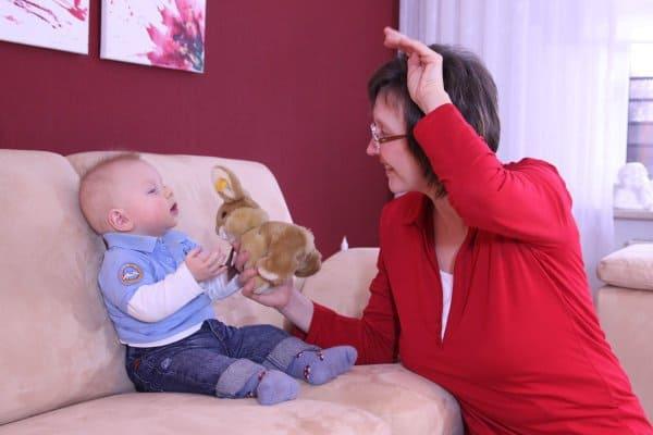Frau zeigt Kindergebärde Hase