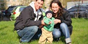 Familie mit Baby, erste Schritte