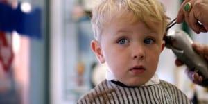 Junge (Kleinkind) beim ersten Haare schneiden