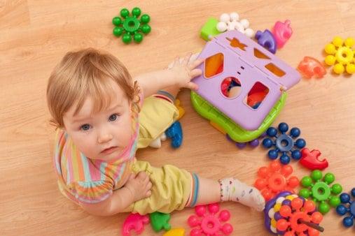 Kind spielt mit Plastikspielzeug