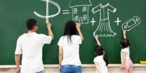 Familie zeichnet an Tafel
