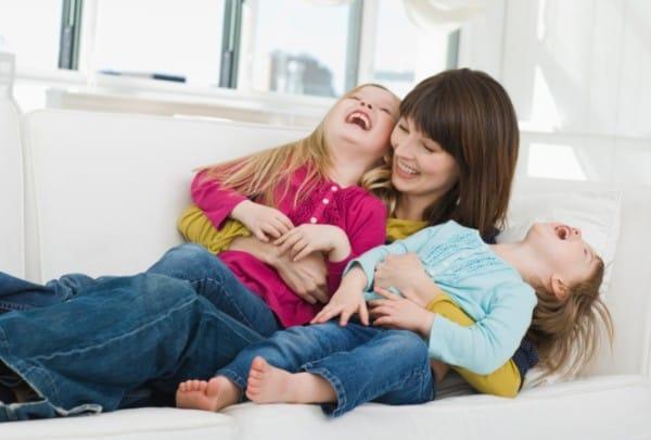 Gemeinsam lachen - Mutter mit Töchtern