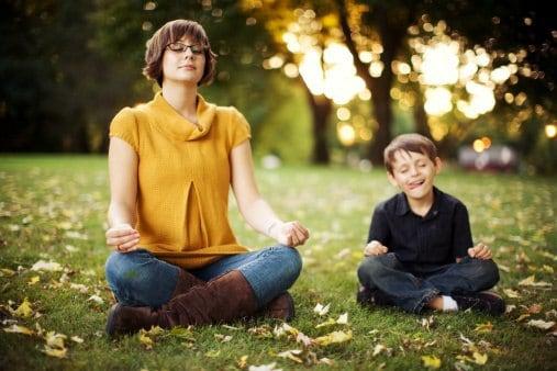 Mutter und Sohn bei Meditation