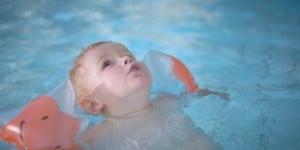 Kleinkind beim Baden im Pool