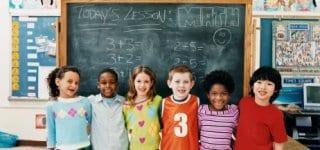 Kinder vor Tafel im Matheunterricht