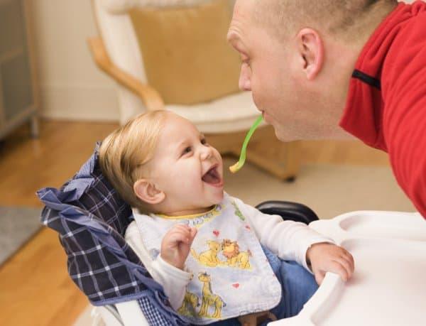 Füttern mit kleinen Tricks (© Getty Images / jupiterimages)