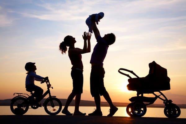 familie-strand-sonnenuntergang