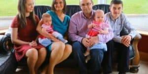 """Familie Jones-Elliot mit den """"Miracle Twins"""" Amy und Katie ( © Screenshot/AOL)"""