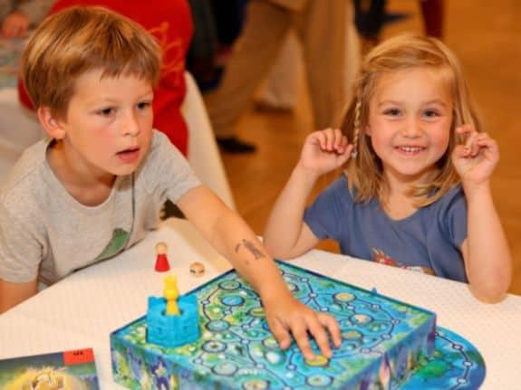 """Kinderspiel des Jahres 2013 """"Der verzauberte Turm"""" (© Spiel des Jahres e.V.)"""