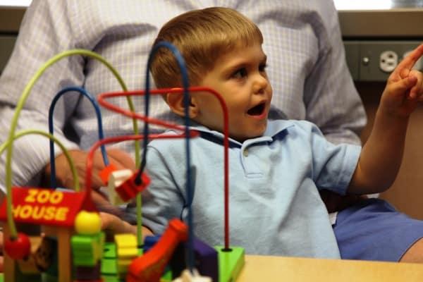 3jähriger Grayson hört zum ersten Mal Vater (© UNC School of Medicine)