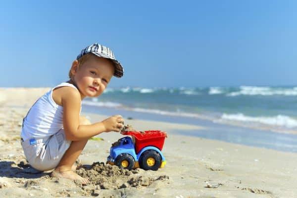 Gefahren am Strand für Babys und Kleinkinder (© Thinkstock)
