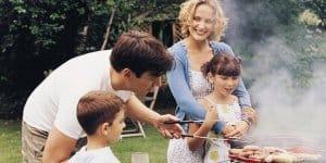 Familie beim Grillen in der Schwangerschaft (Thinkstock)