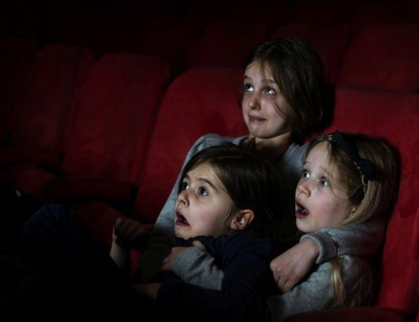 Mädchen schauen gruseligen Film im Kino (© Thinkstock)