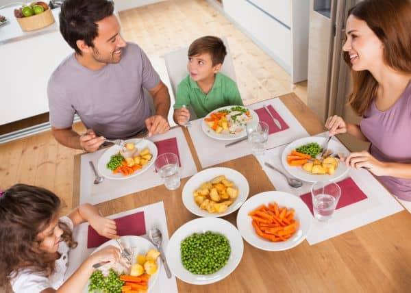 Viel Gemüse und kein Streit am Familientisch (© Thinkstock)