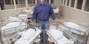 Vater auf der Säuglingsstation (Symbolfoto: Thinkstock)