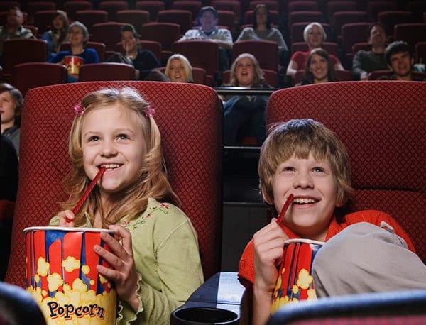 Ein Kinobesuch kann großer Spaß für die ganze Familie sein (© Thinkstock)