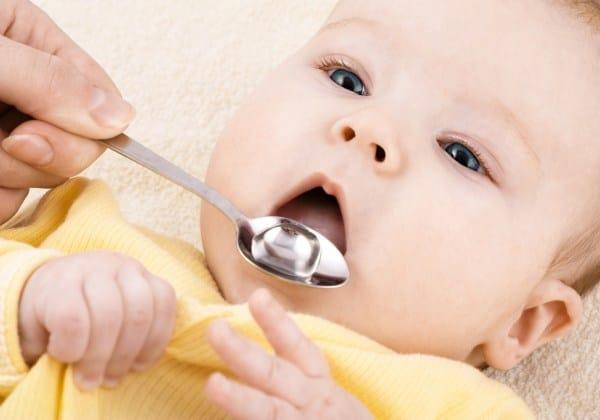 Impfung gegen Rotaviren jetzt empfohlen - Baby bei Schluckimpfung (© Thinkstock)